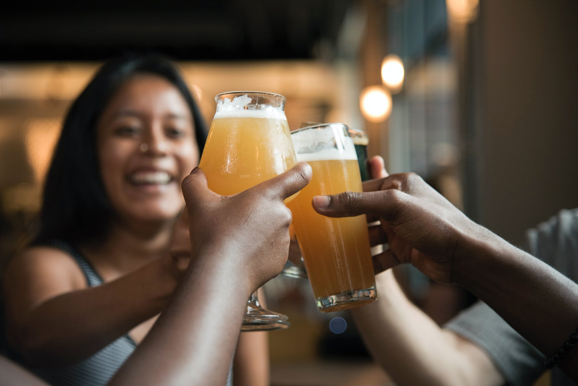 brindisi-cheers-birra-ragazza-mani