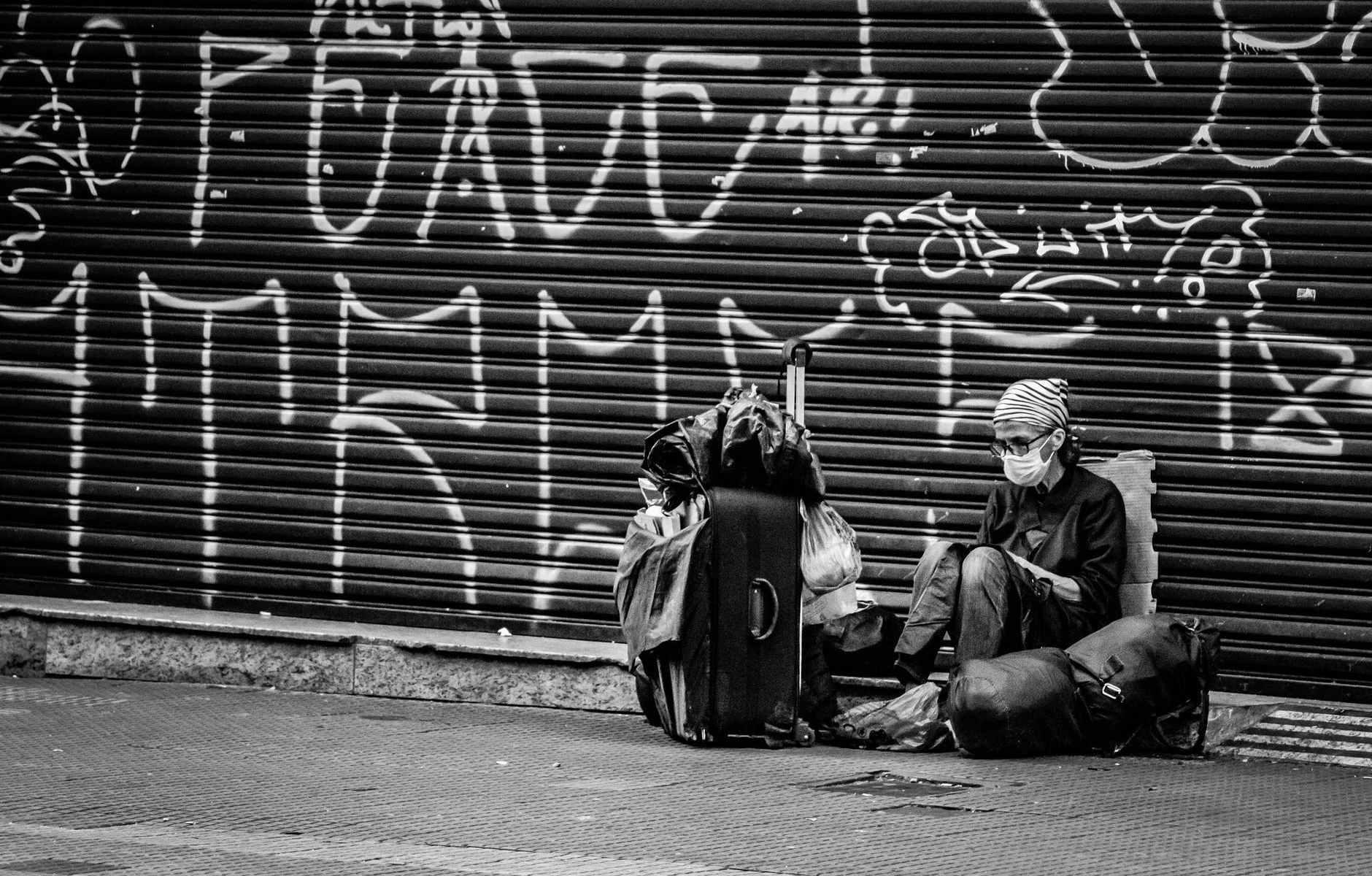 donne-serranda-graffiti-strada