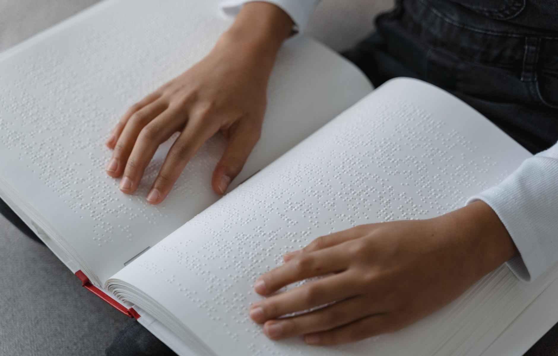 mani-libro-ragazza
