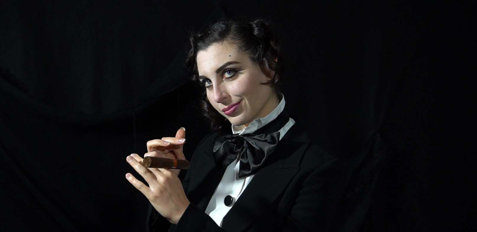 ragazza-sorride-sigaro-papillon