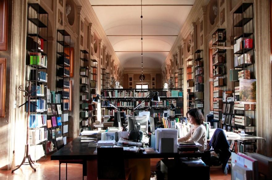 libri-libreria-biblioteca-ragazza