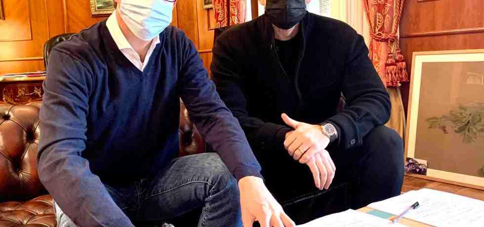 uomini-mascherina-divano-tavolo-firma