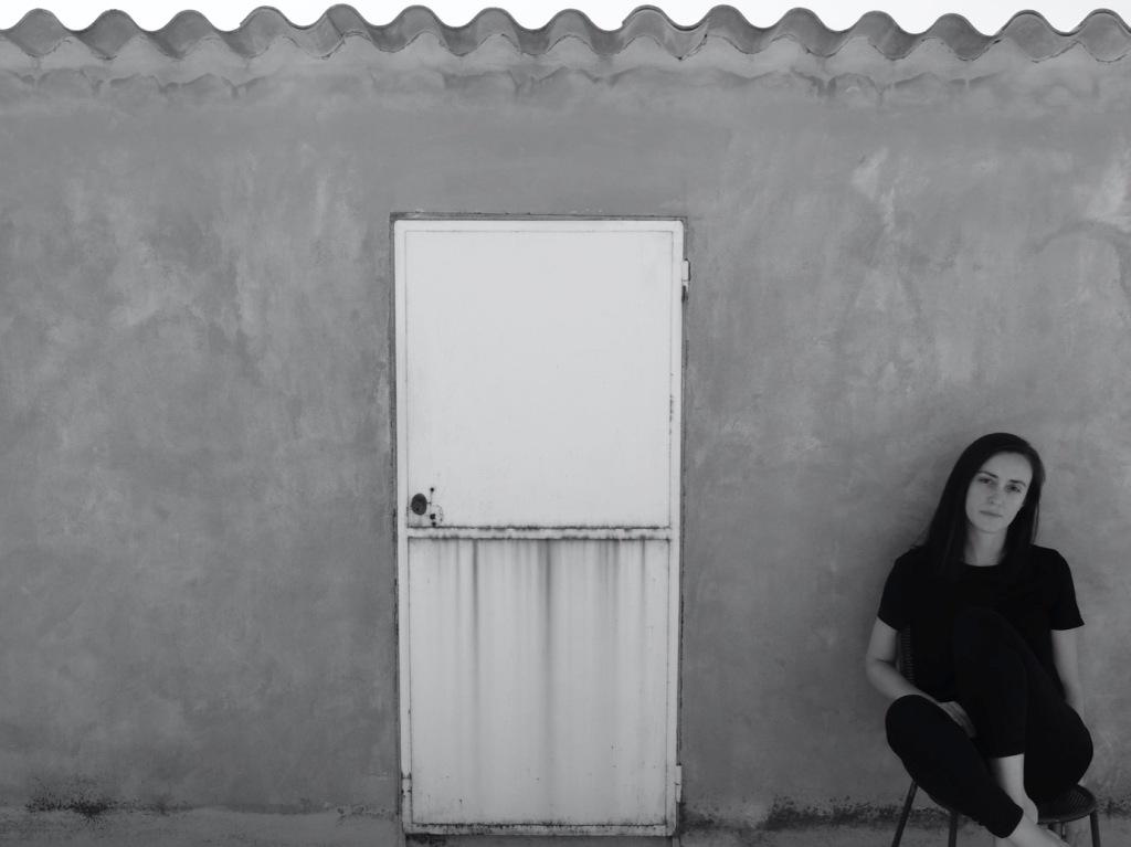 ragazza-maglietta-nera-porta-muro