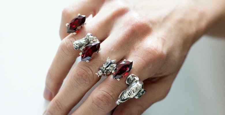 mano-anelli-gioielli