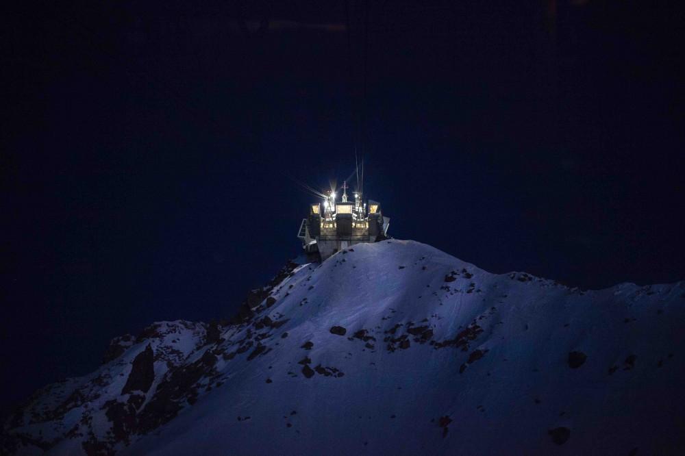 montagna-neve-notte-luce