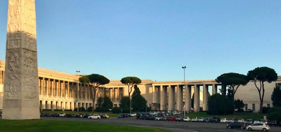 colonna-obelisco-prato-alberi