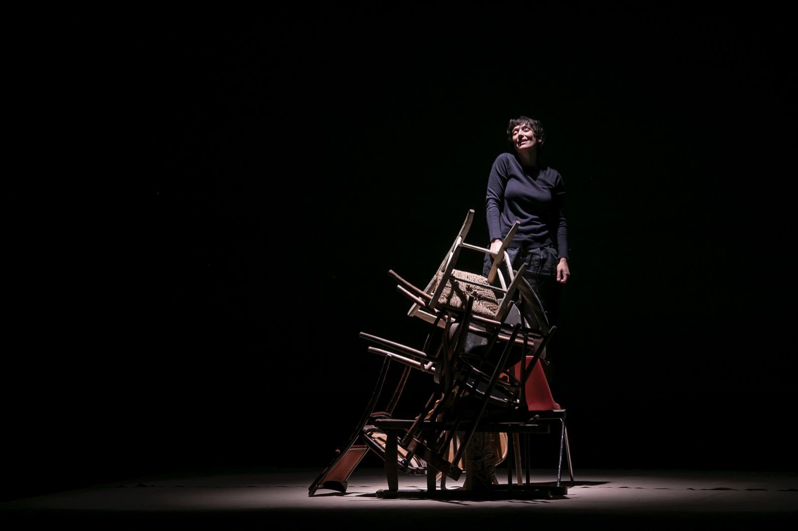 donna-sedie-buio-palco