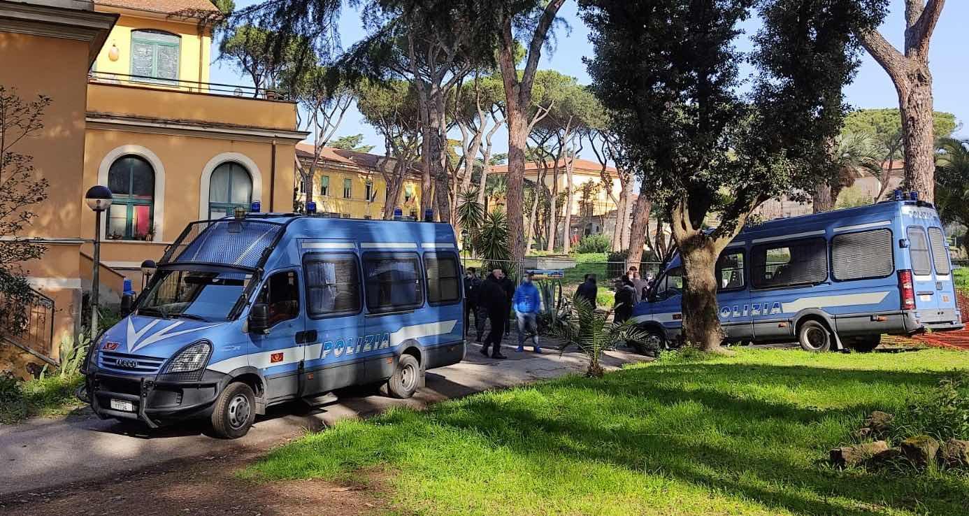 polizia-camionette-alberi-prato