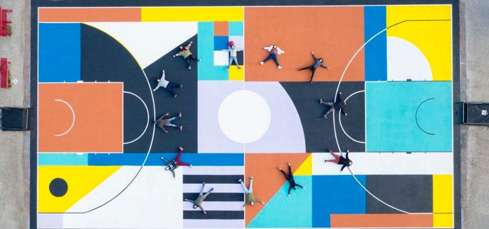 colori-forme-ragazzi-sdraiati-per-terra