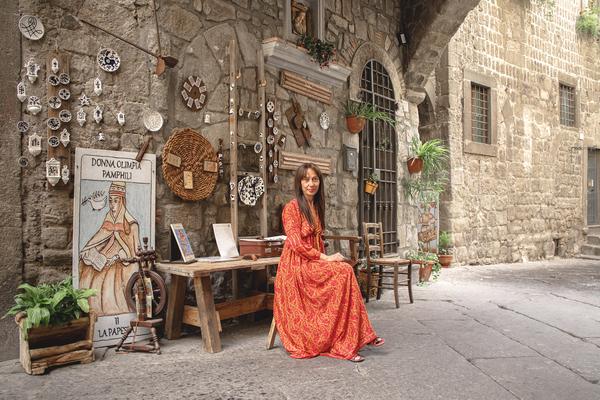 ragazza-vestito-arancione-muro