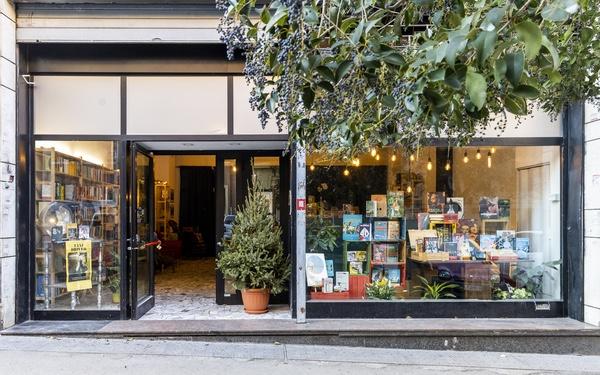 vetrina-libri-piante-porta