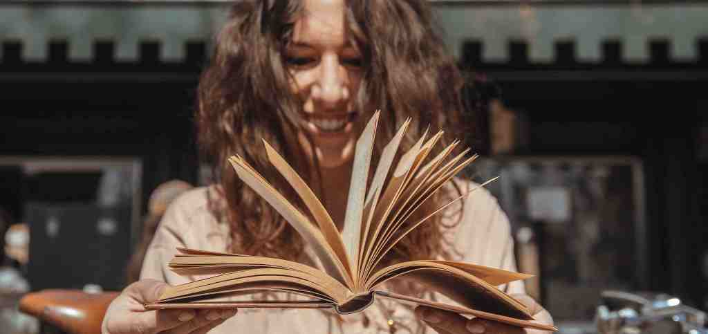 ragazza-libro-sorriso-girl-book-smile