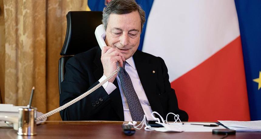 uomo-telefono-scrivania-bandiera