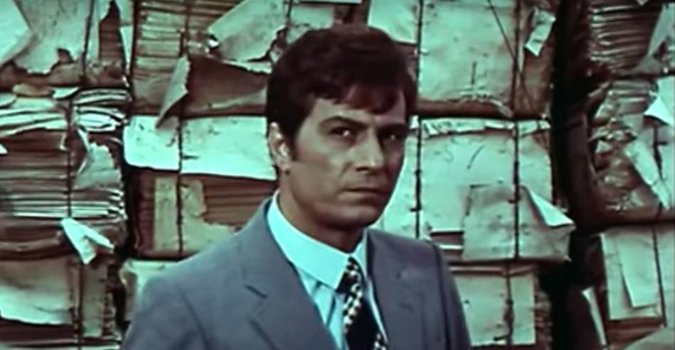 uomo-viso-giacca-cravatta-giornali