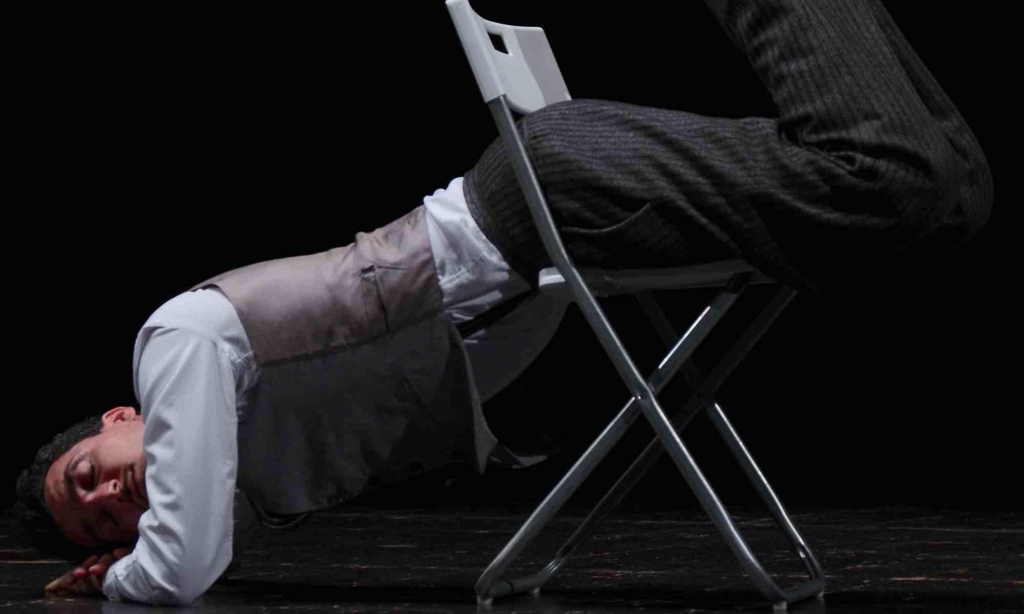 uomo-sedia