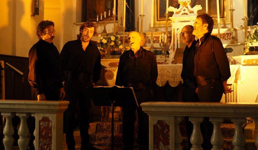 chiesa-uomini-cantano