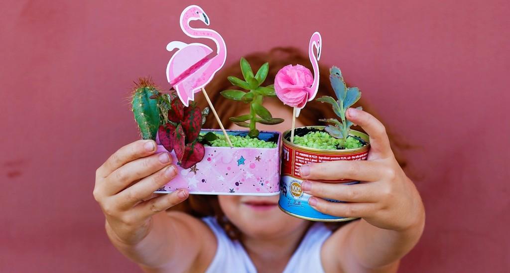 bambina-fenicotteri-piantine-rosa