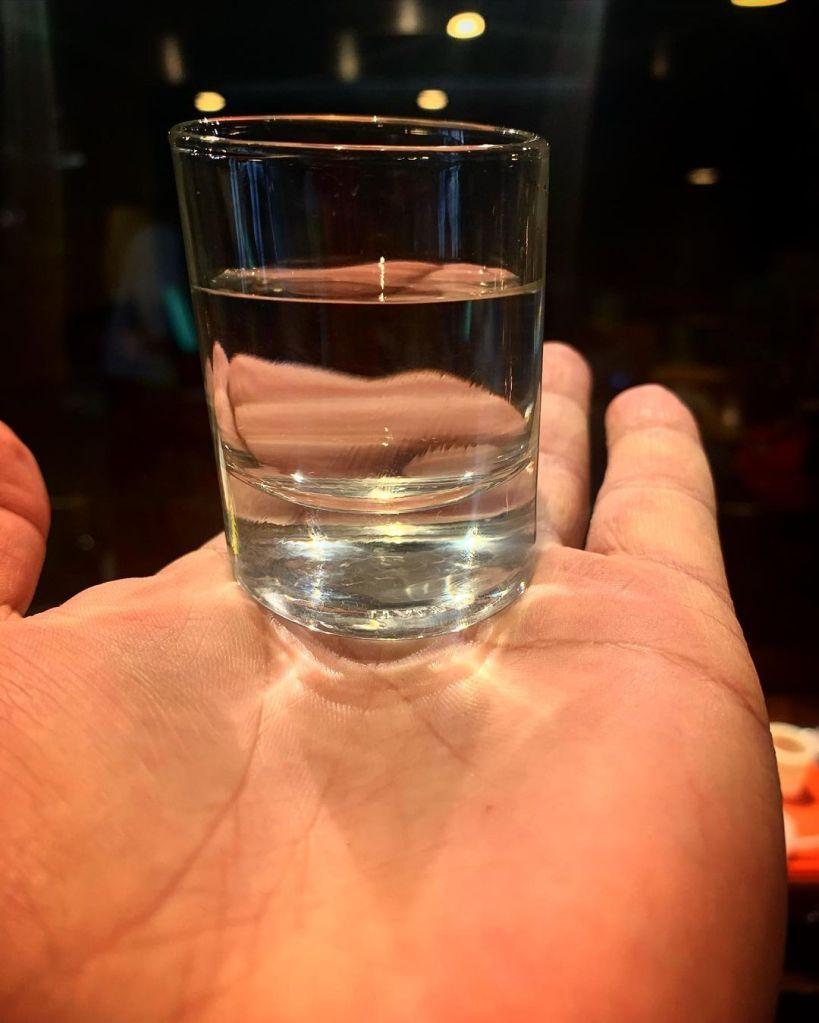 mano-acqua-bicchiere
