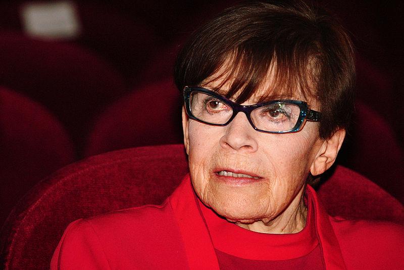 donna-occhiali-rosso-sedia-teatro