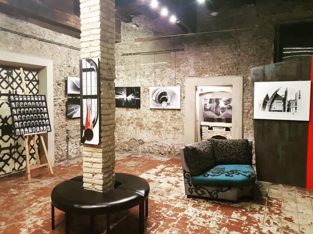 spazio-colonna-muri-divano-quadri
