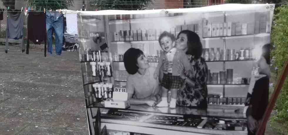 donne-bambino-profumi-panni-stesi