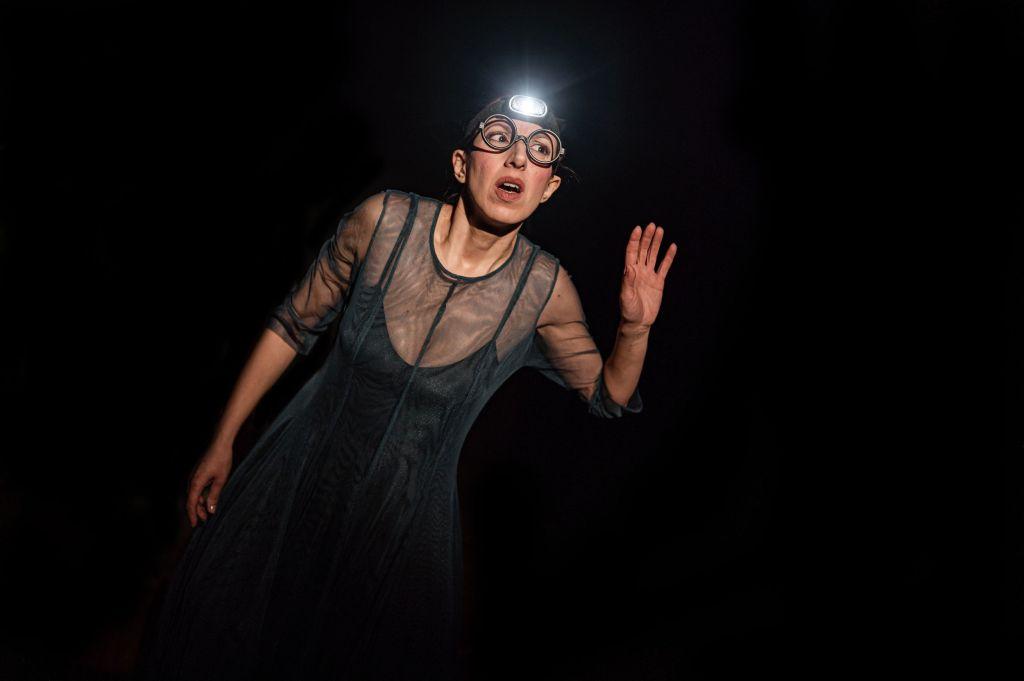ragazza-occhiali-vestito-nero-torcia