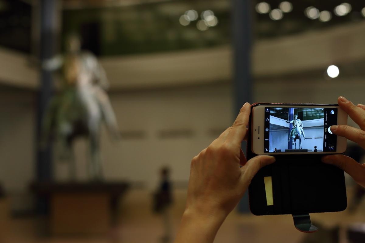 mani-foto-cellulare-statua