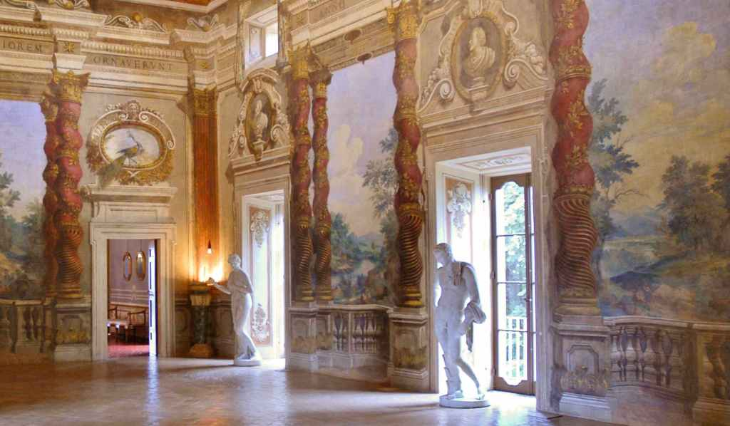 statue-finestre-dipinti-porta