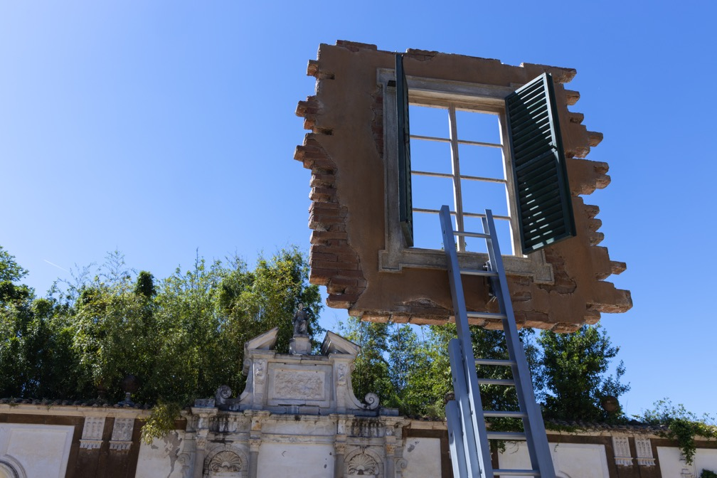 finestra-scala-cielo-alberi-muro