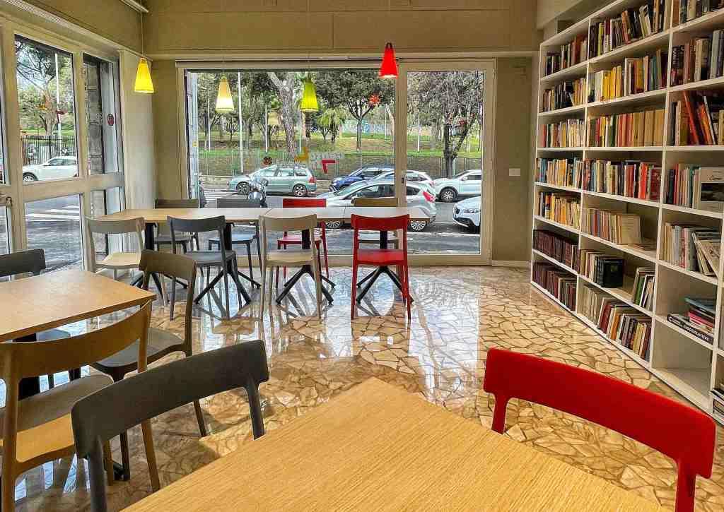 sedie-tavoli-vetrate-libri