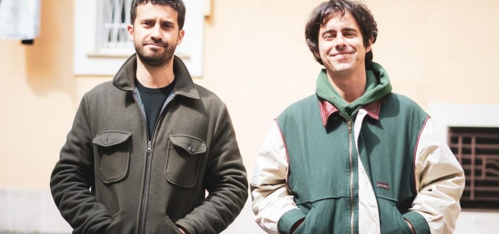 ragazzi-sorridono-finestra-cappotti