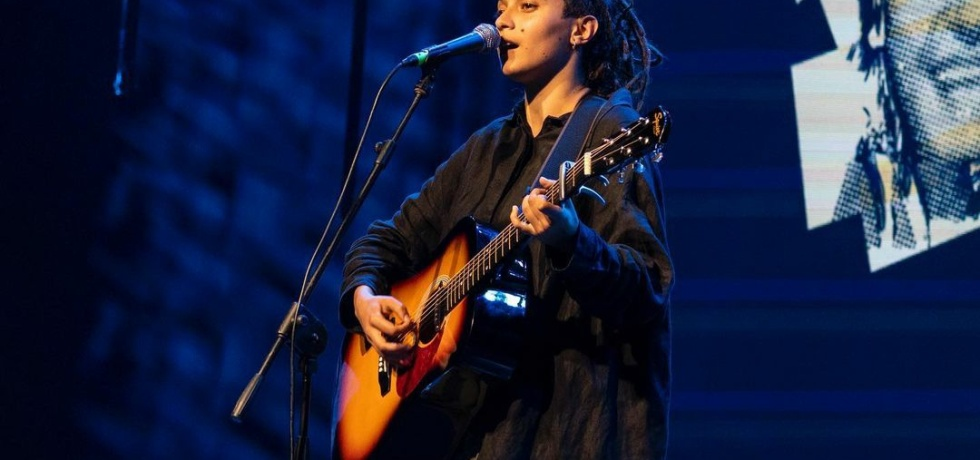 ragazza-chitarra-microfono-rasta