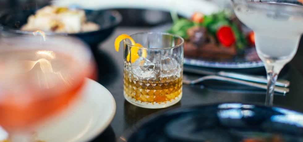 bere-bicchiere-piatti-cibo-coprifuoco