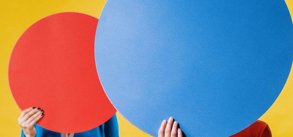 cerchi-rossi-blu-mani