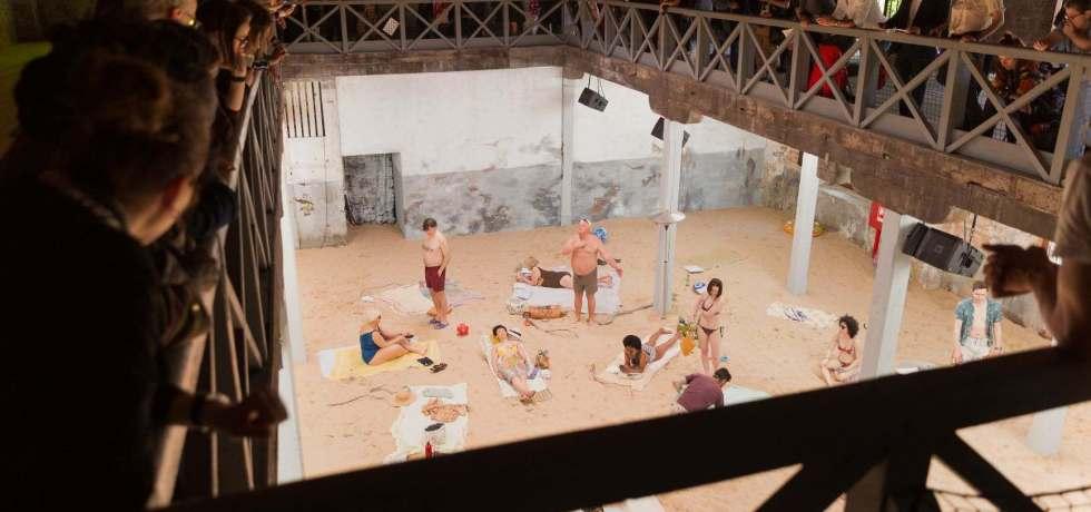 teatro-sabbia-spiaggia-persone-costumi