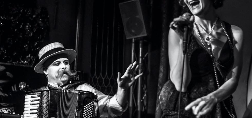 uomo-fisarmonica-donna-cantante-microfono-baffi