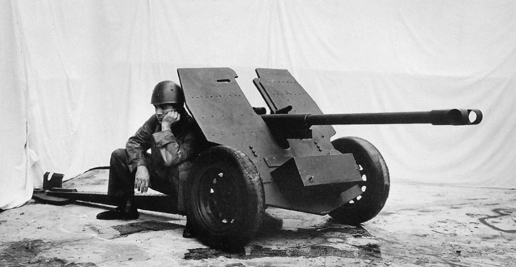 uomo-cannone-elmetto-mitragliatrice