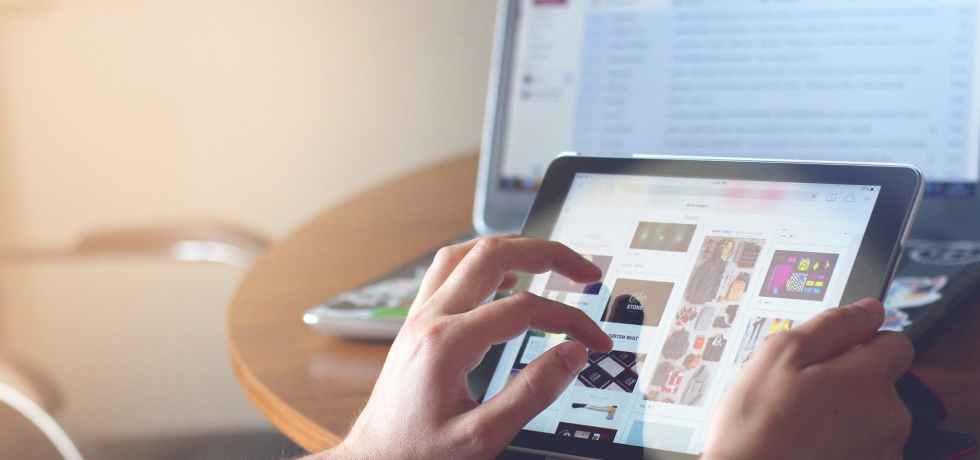 mani-tablet-digitale-schermo-ipad
