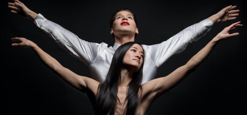 ragazze-braccia-aperte-danzano-labbra-rosse