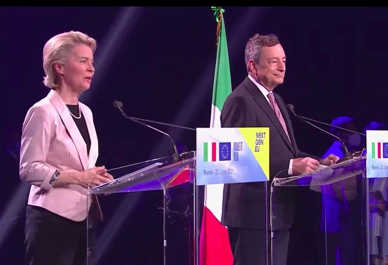 donna-uomo-bandiera-italiana-microfono