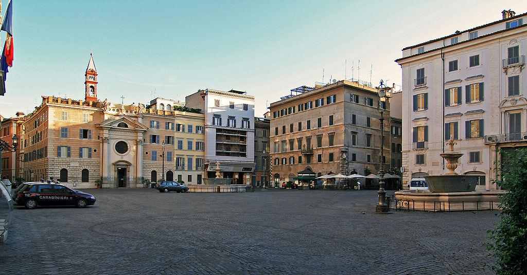piazza-fontane-macchine-palazzi