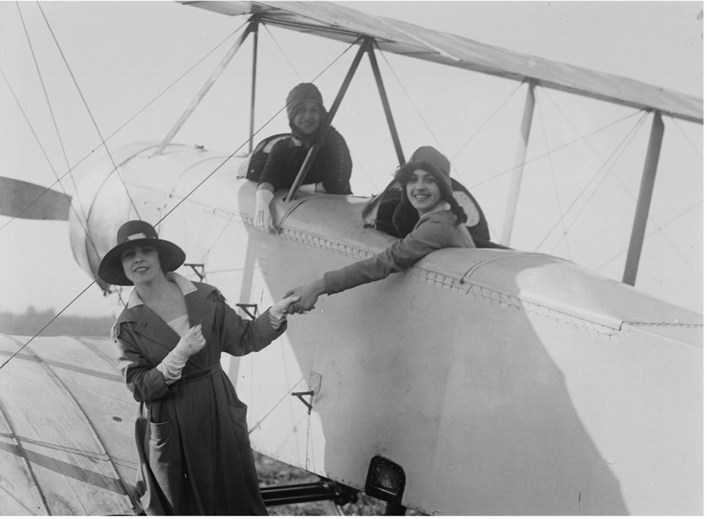 ragazze-cappelli-aeroplano-sorridono