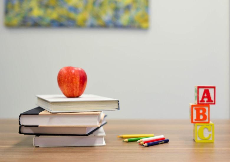 libri-mela-lettere-matite-colori