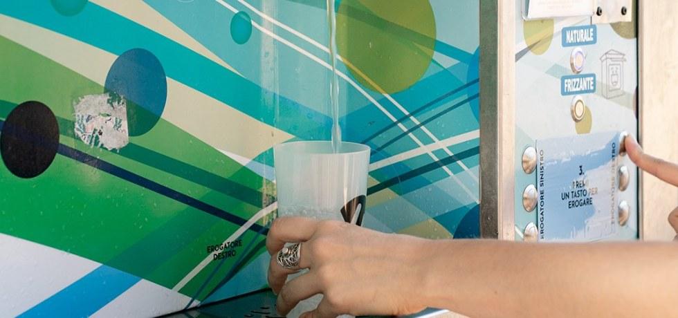 mano-bicchiere-acqua-anello