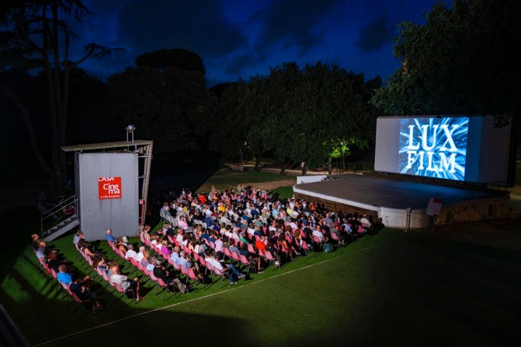 cinema-pubblico-sedie-schermo