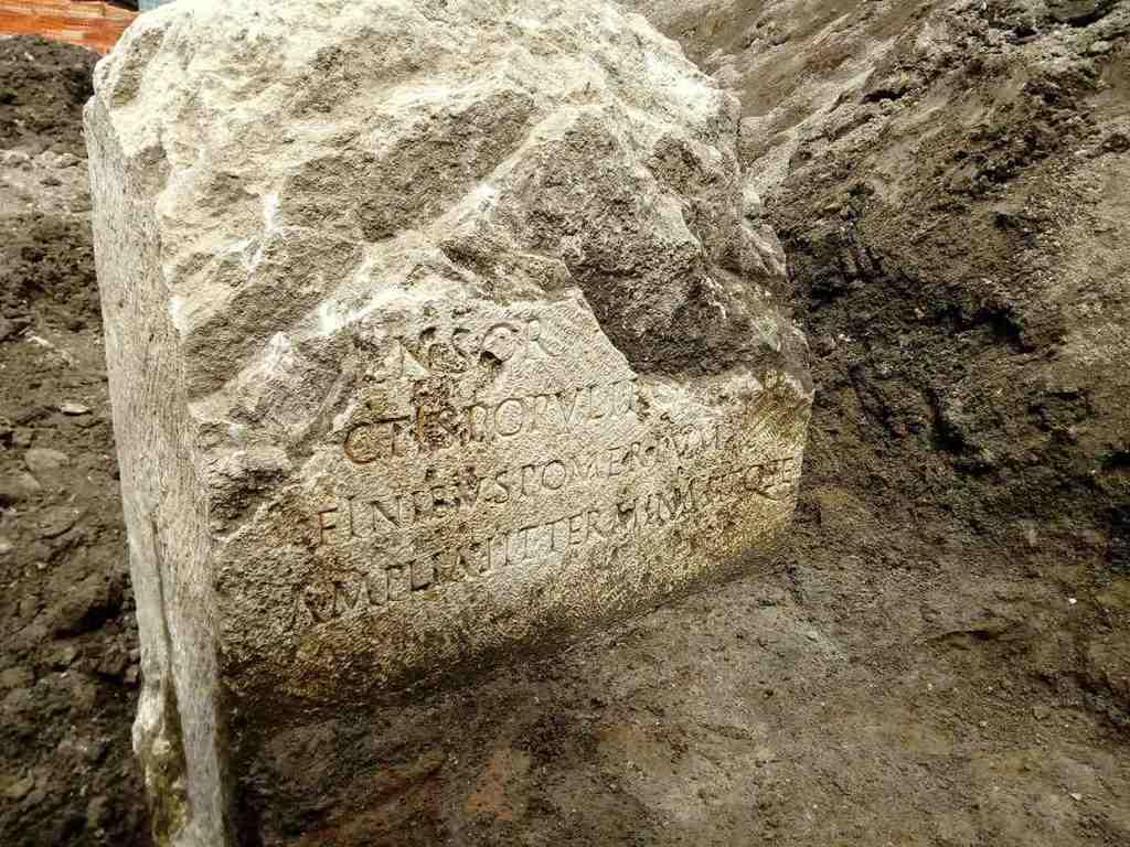 cippo-pomerio-scritta-latina-marmo