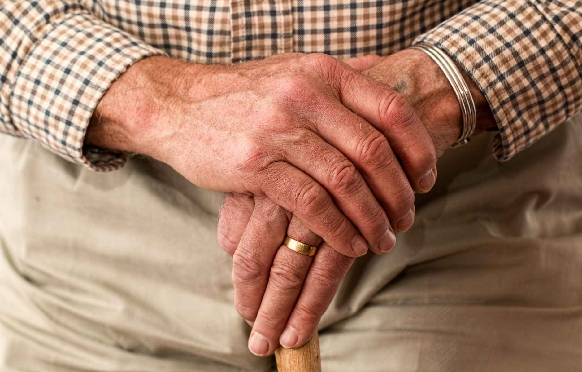 mani-persona-anziana