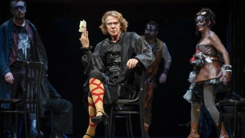 uomo-calze-palco-teatro-scena