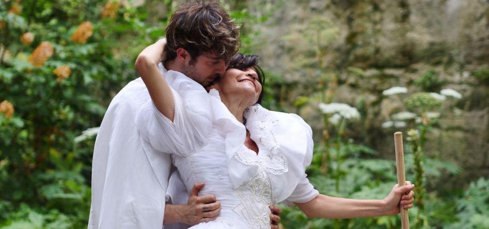 coppia-bacio-ragazzo-ragazza-abito-bianco