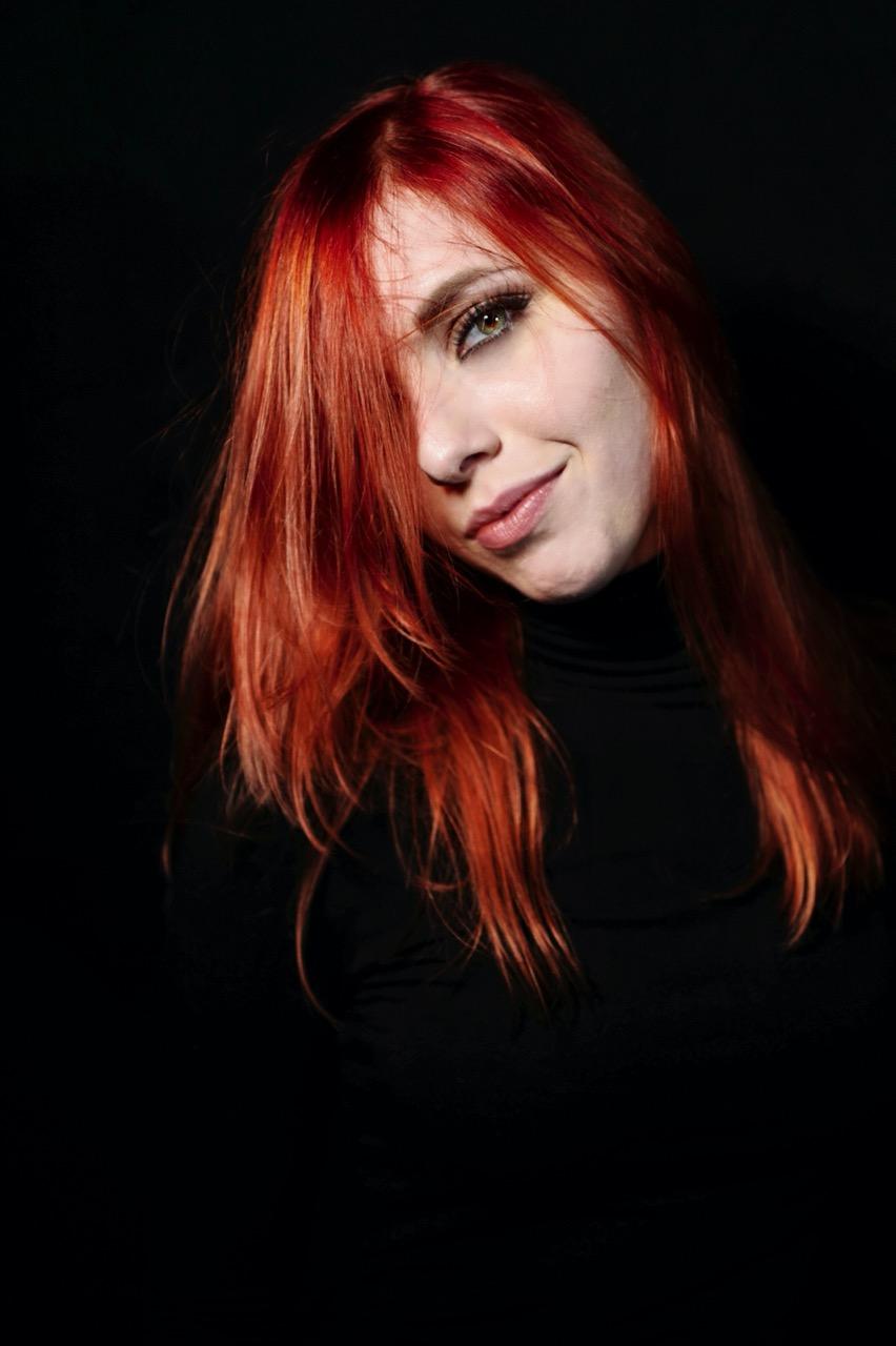 ragazza-capelli-rossi-ginger-red-girl-occhi-verdi-vestito-nero